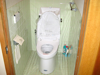 洋式便器を15年以上使われていて、トイレの床がタイルの方へ向けた施工事例です。<br>便器は陶器製なので、古い物でも使い続ける事は出来ます。<br>でも、掃除が出来ない所に汚れが溜まっていたり、シャワートイレは節水型になっています。<br>水道代や、掃除のし易さなどを考えると新しくするメリットは沢山あります。<br>■LIXIL アメージュZ シャワートイレの施工事例です。