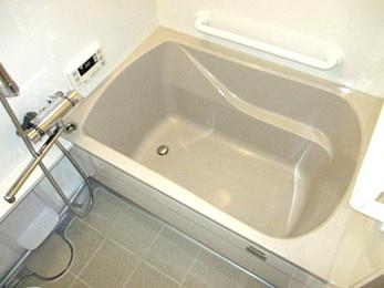 浴室が寒くて、お風呂に入っていても温まらないです。<br>天井とかカビ取り掃除がもう出来ません。床下も傷んで来ているみたいです。<br>掃除しやすくて暖かいお風呂にリフォームしたい方へ向けた施工事例です。<br>■タカラスタンダード システムバス レラージュ の施工事例です。