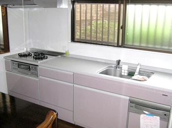 奥様がキッチンの掃除が好きでいつもピカピカにしているので、シンプルだけど掃除がしやすく、使いやすくて丈夫なのが欲しいとのご要望でした。<br>ショールームで一緒に見て悩んで、決定したので、出来上がった時は一緒に喜べました!<br>■タカラスタンダード システムキッチン エマージュ の施工事例です。