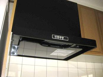 キッチンの換気扇が古くて掃除が大変だと思われている方に向けた施工事例です。<br>20年以上使ったレンジフード、いっつも掃除が大変なんで、掃除がしやすくて、かつお求めやすいものとのご要望でした。<br>■富士工業 シロッコレンジフードADRの施工事例です。