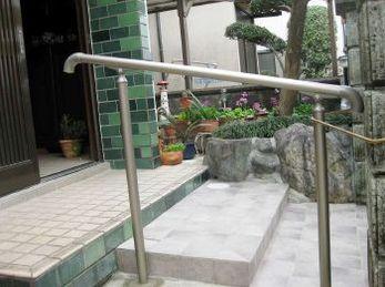 リクシル グリップライン歩行補助手すりの施工事例です。<br>■コンクリートに埋め込まれた、飛び石でこける方が多いです。<br>手すりを付けるか、表面を平らにするか、タイルでも外部用の滑らないタイルを選ぶようにしてください。