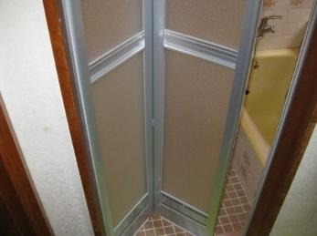 リクシル 浴室中折ドアSF型 KVK浴室シャワー水栓の施工事例です。<br>■お施主様 一人暮らしなので、入浴中などとにかく安全で安心な暮らしがしたいとの事でした。