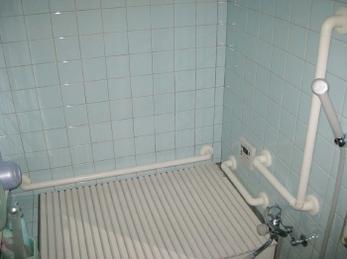 シロクマ社 どこでも手すり取付けの施工事例です。<br>■浴室のリフォームは、ユニットバスに取替えるだけではありません。<br>きちんとお風呂用手すりを取り付けるだけでも、かなり安全に暮らせます。