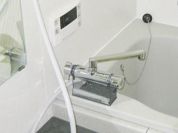 家の浴室が古いユニットバスで、そろそろ蛇口も古くなって来たと思われている方に向けた施工事例です。 蛇口を交換する場合、各メーカーによって取り付け方法が違います。 交換は必ず出来ますが、経験のある方に依頼してください。 ■ユニットバス用のデッキ形サーモスタット式シャワー水栓(KVK製)の施工事例です。