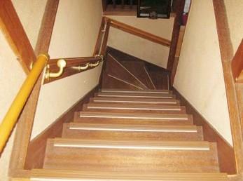 結構、年配者に多いのが、「手すりは邪魔やから、いらん」と言われる方。 逆ですよ、ケガをされてからの方が、ご家族に負担を掛ける事になります。 ■シロクマ社 木製ディンプル付丸棒手すりを階段に取り付けた施工事例です。