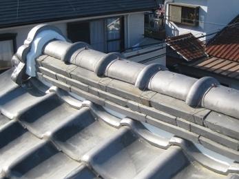 2階の寝室の天井から雨漏りがして来ました!<br>30年前に家を建ててから、一回も屋根を触ってない、瓦葺きの家の方への施工事例です。<br>瓦屋根はメンテナンスをしてやれば、30年以上持ちます。<br>専門知識のある者が屋根に登ると、雨漏りの原因はおおよそわかります。<br>屋根の上は見えない所なので、必ず信頼のおける方にお願いしてください。<br>■朝日窯業 いぶし粘土瓦での棟の葺き替え施工事例です。