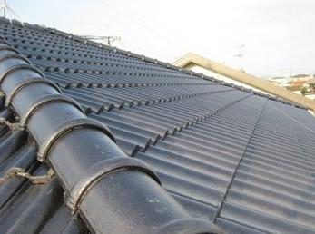 家の屋根が瓦屋根で、築15年以上経ち、古くなってきている方に向けた施工事例です。<br>この施工事例を読む事でセメント瓦を塗装する事が出来る事がわかります。<br>一枚一枚ハケ塗りする工程が3回あり、根気のいる作業が続きます。<br>その甲斐あって、仕上がり具合がとても美しくなります。<br>■エーエスペイント SUN瓦Uの屋根塗装 施工事例です。