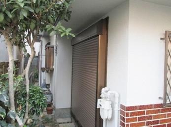 ドロボウは、玄関よりもガラス破りの方が多いって知っていますか? 特に、家の裏の勝手口、掃き出し窓には最低でも2個カギを用意してください。 面格子や雨戸がない窓は、1分でドロボウに入られます。 ■三協アルミ 後付け単体スチールシャッター雨戸 の施工事例です。