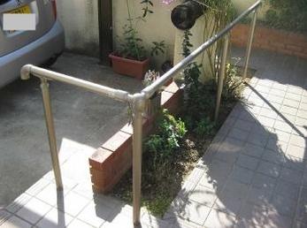 玄関に門扉があり、段差や少し距離があるお家に向けた施工事例です。<br>手すりは、健常者には気が付きませんが、取り付けると誰もが使いやすい通路になるので、歩行に不安がない方にも取付けをおすすめします。<br>■リクシル 歩行補助手すり グリップラインの施工事例です。