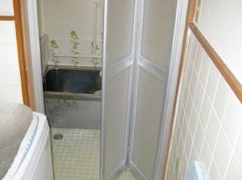 リクシル 浴室中折ドアの施工事例です。<br>■浴室の扉がガラス戸の方は、ぜひ中折れ戸に交換を検討してください。<br>もし、裸の状態で転倒する事があると、大けがする事もあります。