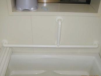 お風呂は裸で入る、という事を忘れないでください。 姿勢が不安定になる場所には、手すりを取付ける事を心掛けてください。 ■シロクマ社 浴室用どこでも手すりの施工事例です。