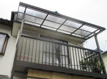 2階のベランダの屋根の波板張替え工事は、年間に多くの方からご注文を頂く工事の一つです。<br>一階から見ていると感じませんが、2階の屋根ともなると大分高いので、慣れている方でないと大変危険です。<br>家の中を明るくする波板の張替えは、毎日の生活まで明るくなります!<br>■タキロン ポリカ波板 650 クリアフロストの施工事例です。