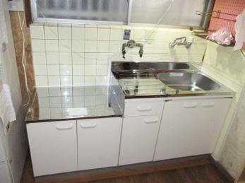 マルナン コンタクトキッチンKGDの施工事例です。■キッチンリフォームはシステムキッチンだけではありません。 従来の一体型のキッチン入替えにももちろん対応いたします。 工事時間も半日で済みます。費用もかなり押さえれますよ。
