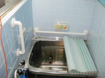 シロクマ社 どこでも手すりの施工事例です。■タオル掛けを手すり代わりに使っていませんか? それはとても危険なのでやめてください。浴室用手すりを取り付ける際は、下地の様子も探りながら取り付けるので、必ず良く知っている人に依頼してください。