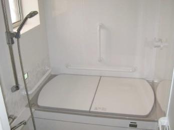 長年おばあちゃんがお一人で暮らされていましたが、息子さん家族と同居されるとのご相談を受け、お風呂のリフォームをされたいとの事でした。<br>お孫さんとも入れるお風呂を作る事が出来て、本当にうれしいです。<br>■タカラスタンダード システムバス レラージュ の施工事例です。