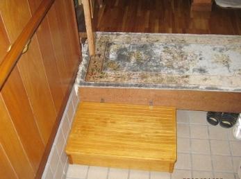 玄関の踏み台は、小さすぎるものは足がしっかり置けないので、かえって危険になります。 大きさの基準は400㎜×500㎜以上の物を選ぶようにしてください。 ■マツ六社 木製踏台設置の施工事例です。