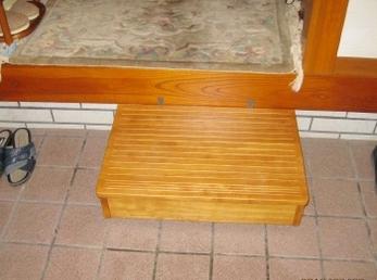 ひざ等が痛くて、玄関の段差を昇り降りが大変になって来られた方に読んでいただきたい施工事例です。 段差を解消することで、日常生活が楽になってもらえて良かったです。 病院に行くのも、買い物に行くのも、毎日の悩みが解決します。 ■マツ六社 木製踏台設置の施工事例です。