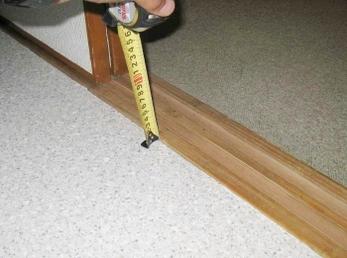 床の張替え工事の際、水廻りに強いクッションフロア(CF)は比較的安価にリフォームできます。 表面を強化させたものなら、フローリングと見た目が変わらないものも出て来ているので検討してみてください。 ■東リのCFシートの施工事例です。