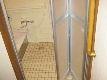 浴室折れ戸にすることで、中で何かあっても外から取り外す事も可能になります。 今お風呂に、ガラス扉が入っている場合は中で何かあった時、開ける事が困難になりますので、ぜひ検討してみてください。 ■リクシル 浴室中折ドア タイルによる段差解消の施工事例です。
