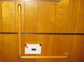 トイレに手すりが欲しいとお考えの方に向けた施工事例です。 手すりを取り付ける際は、高さ位置と、太さ、下地にネジが良く効いているか。 体を完全に預ける事がありますので、きちんと取付け出来ているか、経験者がチェックしてください。 ■シロクマ社木製丸棒手すりの施工事例です。
