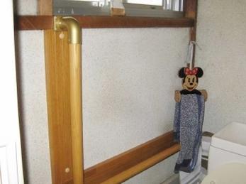 トイレに手すりを取り付けたいとお考えの方に向けた施工事例です。 トイレ用L型手すりの縦の部分は、自分よりも少し前方に付けるのがコツです。 横はお体の状態にもよりますが、高さ70㎝位が一般的です。 ■シロクマ社木製丸棒手すりの施工事例です。