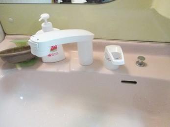 洗面台の水栓金具が古いから取り換えたいとお考えの方に向けた施工事例です。 洗面台下の接続部品を見てびっくり! 誤った接続をしていると、こうなるとわかります。 ■KVK 洗面化粧台用シングルレバーの施工事例です。