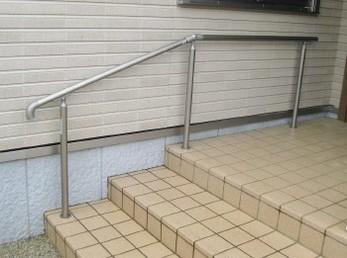 玄関先に階段のあるお家にはぜひ、手すりを取り付けてください。<br>お子様も使えるし、お年寄りにも絶対必要です。<br>転ばぬ先の杖です!施主様も早くつけとけば良かった。とおっしゃってくれました。<br>■リクシル 歩行補助手すり グリップライン シャイングレーの施工事例です。