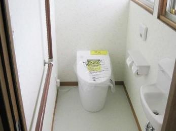ご高齢のお母様がおられました。<br>夜中にトイレに行く際、介助がし易い様にとのご要望でした。<br>なので、なるだけ全自動のトイレ機器を選ばせて頂きました。<br>奥様の介助を少しでも軽く出来る事を考え、色々工夫をさせて頂きました!<br>■TOTO ウォシュレットネオレスト AH-1 取付け施工事例です。