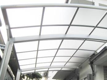 門扉が古くなって来たんで、波板も一緒に交換して欲しい。との事でしたので、同時に防犯能力が向上する商品をご提案しました。<br>結果、安心してくれ、丈夫になったので大変喜んでくれました。<br>■三協アルミ カーポートカムフィNexR 伸縮門扉エクモアLH 形材門扉X2型の施工事例です。