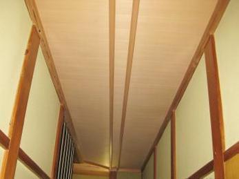 和室の天井が汚れていて、張り替えたいんだけど、どこに頼んで良いかわからない方へ向けた施工事例です。<br>今回は雨漏りで汚くなっていた天井です。(先に屋根の雨漏りを直しました。)<br>■猿棒竿縁天井の張替え工事事例です。