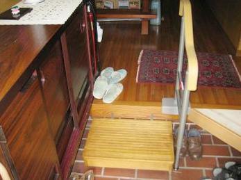 段差の大きな玄関は、膝の力が弱ってくると本当に上り下りが大変になってきます。<br>毎日使う場所なので、この悩みは早く解決してください。<br>小さな玄関でも取付け方法はあります。<br>マツ六 木製踏み台とアロン化成 安寿 上がりかまち用手すりを設置した施工事例です。