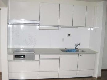 古い台所で、掃除や料理の支度に苦労している方に向けた施工事例です。<br>長い間おばあちゃんが使ってきた台所。<br>新しいシステムキッチンに入れ替える時は、見た目も肝心ですが、料理を作る動作が楽になる事も考えないといけません。<br>なるべくシンクの近くに冷蔵庫を持ってきた方が家事が楽になります。<br>■タカラスタンダード システムキッチン エマージュ の施工事例です。