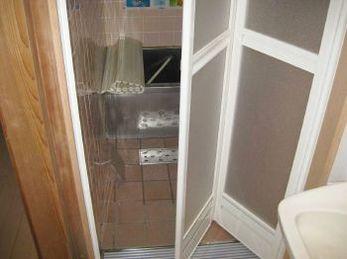 リクシル 浴室中折れドア SF型 ホワイト カクダイ 浴室排水グレーチングの施工事例です。<br>■在来の浴室の床をバリアフリーにする工事が多いです。<br>水はけを良くするために浴室排水グレーチングを入れました。段差がなくなり、娘さんもこれで安心しました、と喜んでくれました。
