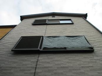 築15年経つ家の外壁がサイディング壁のご家庭で、継ぎ目がひび割れていたり、手でこすると手の平が白くなる外壁の方、向けの施工事例です。<br>雨漏りの原因はどこから来るでしょうか?<br>今回から前半と後半に分けて施工中を、細かく紹介したいと思います。<br>■サンライズMSI株式会社の塗装用シーリング材 SRシール NB50をサイディングの目地に打ち込んだ時の施工事例です。