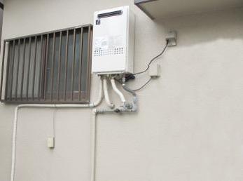 家のガスふろ給湯器が15年以上経つ方に向けた施工事例です。<br>突然、お湯が出にくくなります。特に、ガスをよく使う冬場に止る事が多いです。<br>■パーパス ガス給湯器 高温水供給式 GS-2000AW-1 20号を設置した施工事例です。