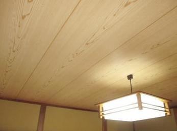 和室の天井が古くなって黒くなって来たけど、綺麗にしたいと思っている方へ向けた施工事例です。<br>天井板を落とすと、養生、ホコリの掃除など結構大変です。<br>最近のクロスは本当に良く出来ていますので、興味のある方は見てください。<br>■サンゲツ ビニルクロス SP-2365 杉板目を使った施工事例です。