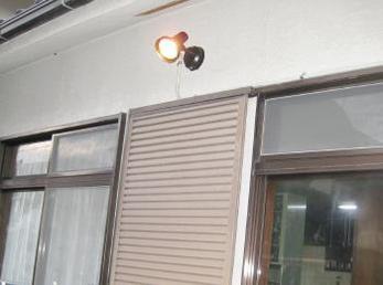 庭に出入りできる窓がある家の方、防犯対策をしていなくて心配な方へ向けた施工事例です。<br>泥棒の約6割が、玄関よりも窓から侵入して来ます。<br>窓回りの防犯強化をおススメします。<br>■Panasonic防犯用センサーライト LGWC40100 日本板ガラス セキュオ30 の施工事例です。