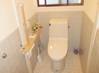 家が和式のトイレの方、便器が古くなってきて交換したいとお考えの方へ向けた施工事例です。<br>特に足腰が弱ってくると、和式トイレは膝に負担が大きいです。<br>今回も和風から洋風に交換した施工風景を撮影しました。<br>■リクシル アメージュZ ZR2/BN8 手洗なしタンク 棚手すりL型タイプの取付け施工事例です。