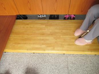 膝の痛みでお困りで、玄関の段差を使いやすくしたい方向けの施工事例です。<br>ホームセンターや、通販で売られているものは小さくて頼りない物が多いです。<br>使う人の立場で設置した踏み台が、一番安全です。<br>■はつしばリフォーム 別製木製踏み台を設置した現場をご紹介します。