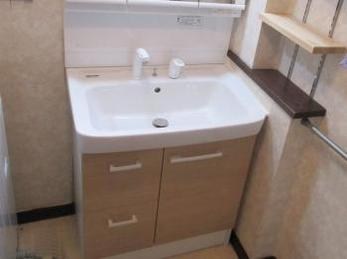 シャワー付きの洗面台を使っておらる方への注意点です。<br>洗面台の下がいつも湿っている事はないですか?<br>気付かずに水漏れがしている場合がありますので、ご注意ください。<br>原因を解説しています。<br>■LIXIL(リクシル)洗面化粧台 オフトの設置交換施工事例です。