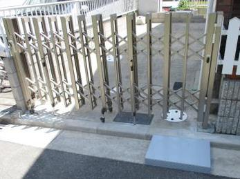 家の車のゲートがガタガタで、グラグラの方に向けた施工事例です。<br>この事例を見る事で、どうやって伸縮門扉が取付けされるのか、日数はどれくらいかかるのかがわかります。<br>■LIXIL アルミ伸縮門扉 アルシャインⅡ HW型 Aタイプの施工事例です。