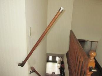 2階に寝室があり、夜中、トイレへ行くのに階段の横を通って行かれる方に向けた施工事例です。<br>家の転落死亡事故は毎年600件以上起こっています。<br>この事例を読む事で、階段から転落する事故を未然に防ぐ事が出来ます。<br>■BAUHAUS遮断機手すりの利用方法の紹介です。
