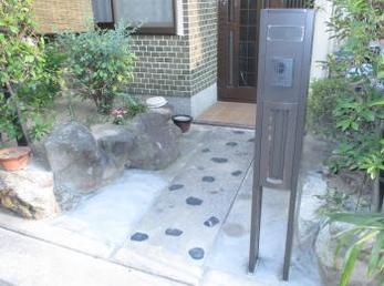 昭和に建てられたお宅には、大谷石で出来た門柱がよく設置されています。</br>老朽化で倒れ掛かっていたり、ひび割れていたり、危険な門柱がたくさんあります。</br>アルミの機能門柱に取り替えると、玄関前が1日でスッキリします。</br>LIXIL スクリーンファンクションユニット設置工事です。