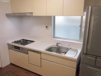 古いキッチンを使ってこられて、そろそろ新しいキッチンに取り替えたいとお考えの方に向けた施工事例です。</br>長年使用してきたキッチンには物がいっぱいになっている事が多いです。</br>リフォームの前に、まずはいらない物を整理する事から初めてみませんか?</br>リクシル システムキッチン シエラの施工事例です。