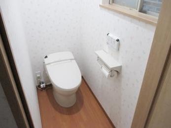 現在も和式のトイレの方で、シャワートイレに交換したいとお考えの方へ向けた施工事例です。<br>今のトイレスペースが狭いから・・・と悩まれている方でも、調べればより広く出来る場合もあります。<br>実は壁の移動はそんなに費用が掛かりません。