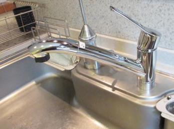 キッチンの水栓器具が古くなって取替えをお考えの方に向けた施工事例です。<br>シャワー付き混合栓 ■KVK 流し台用シングルレバー式シャワー付混合栓 KM5031JT の取り換え