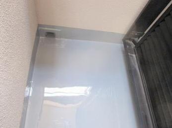 ベランダのコンクリートが古くなって来ている方に向けた施工事例です。<br>ベランダにひび割れなどが入っていると特に注意が必要です。<br>防水層が働いている間は大丈夫ですが、一旦水が侵入し出すと雨漏りの原因になりますので、ご注意ください。■タケシールウレタン防水塗装の施工事例です。