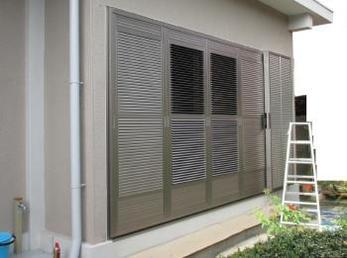 現在、掃き出しの窓に雨戸を取り付けたい方や、取り替えたいとお考えの方に向けた施工事例です。<br>今回紹介する雨戸は、戸締まりしたままでも風が入って来る様に出来るエアフリーという商品です。<br>防犯と、採風を兼ねたおすすめのアルミ雨戸になっています。