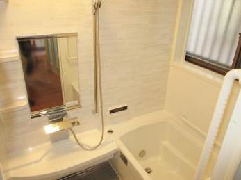 家のお風呂が築20年近くなり、古くなって新しいシステムバスの設置をお考えの方に向けた施工事例です。<br>この施工事例を読む事で、最新のお風呂の断熱機能や、浴室の普段見えない裏側までしっかりと確認する事が出来ます。<br>タカラスタンダード プレデンシアの施工事例です。