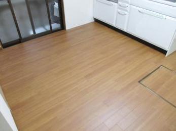 家の床が古くなって貼り替えたいとお考えの方に向けた施工事例です。<br>この施工事例を読む事で、今ある床をそのままに、高さもあまり変えずに表面だけ貼り替える方法がわかります。<br>東リのフロアタイルの施工事例です。